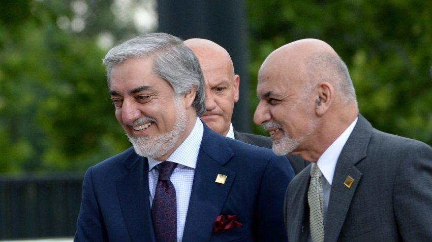 El presidente de Afganistán, Ashraf Ghani (d), y Abdullah Albdullah, el segundo candidato más votado en las elecciones del pasado septiembre.