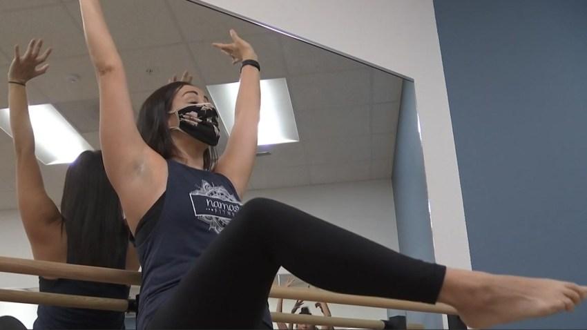 estiramiento de yoga sobre barra