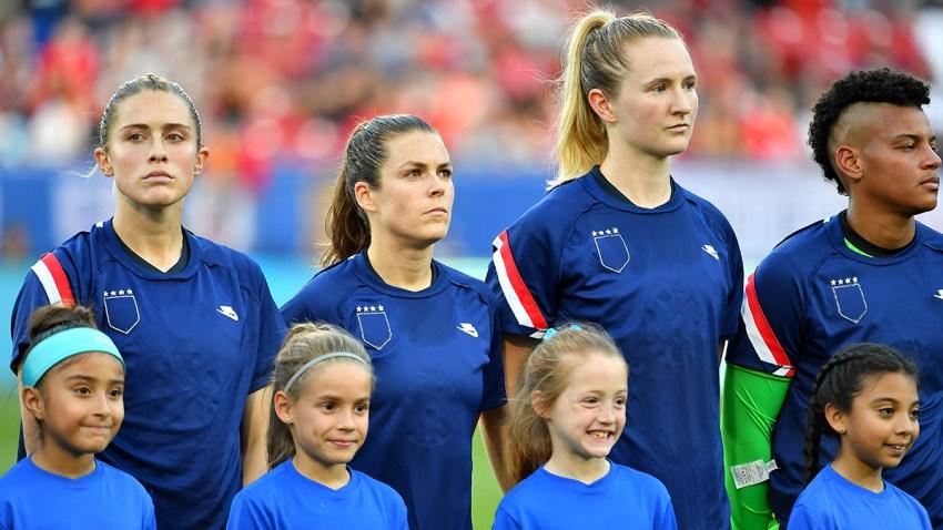 Abby Dahlkemper de los Estados Unidos, Kelley O'Hara, Samantha Mewis y Adrianna Franch se paran en el campo durante las presentaciones de los jugadores con sus tops al revés como parte de la campaña de igualdad salarial del equipo el 11 de marzo en Texas.