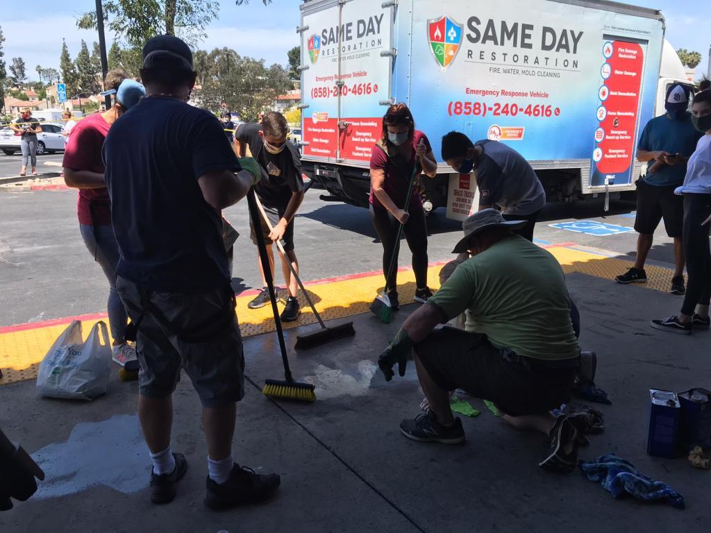 La comunidad limpia después de las protestas Black Lives Matter en La Mesa