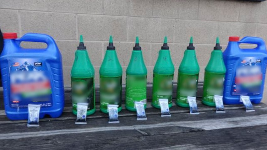 Varios contenedores de plástico se observan con los letreros borrados