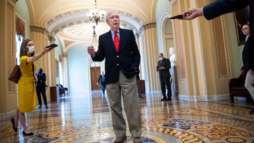 El líder de la mayoría del Senado, Mitch McConnell, republicano de Kentucky, habla a los medios en el Capitolio después de que el senador Ben Cardin, demócrata de Maryland, se opusiera a que se agregaran más fondos al fondo de respuesta al coronavirus el jueves de abril. 9, 2020.