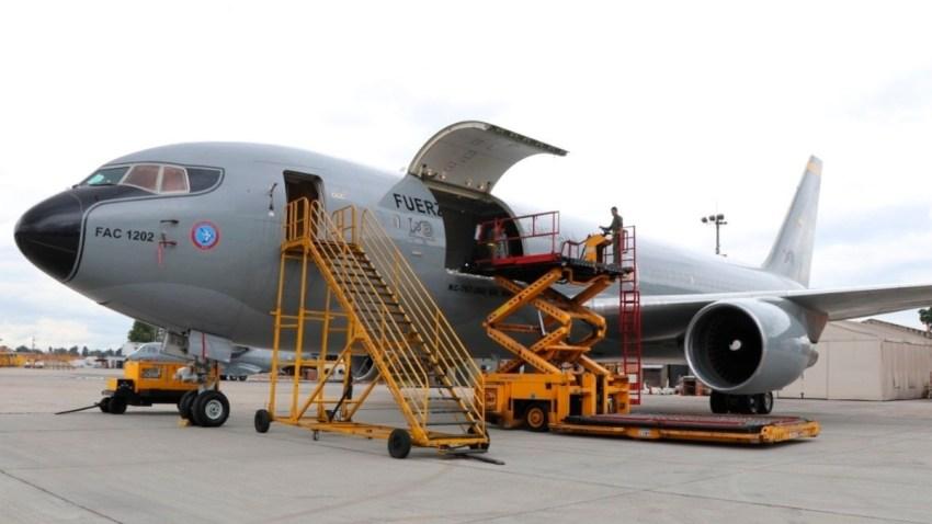 Avión militar de Colombia repatria mexicanos desde China