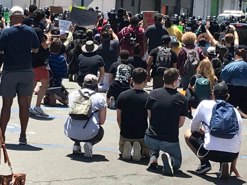 """Así se vive la protesta de """"Justicia para George"""" en el centro de San Diego"""