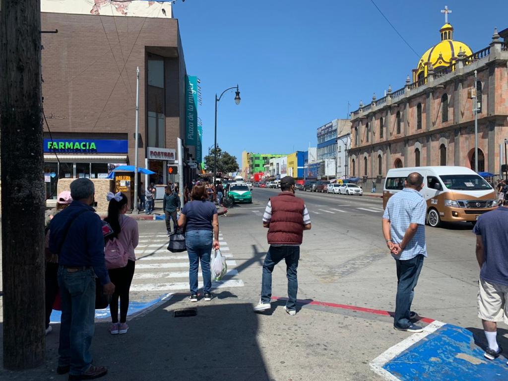 gente en las calles de tijuana en medio de la pandemia de coronavirus