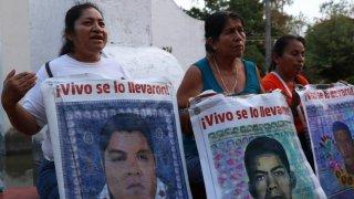 Protesta de madres de estudiantes de Ayotzinapa desaparecidos.
