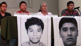 Padres y vocero de estudiantes de Ayotzinapa