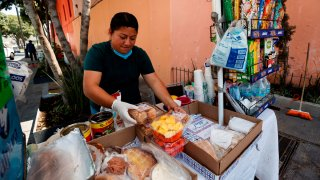 Mujer vende alimentos en calles de Ciudad de México