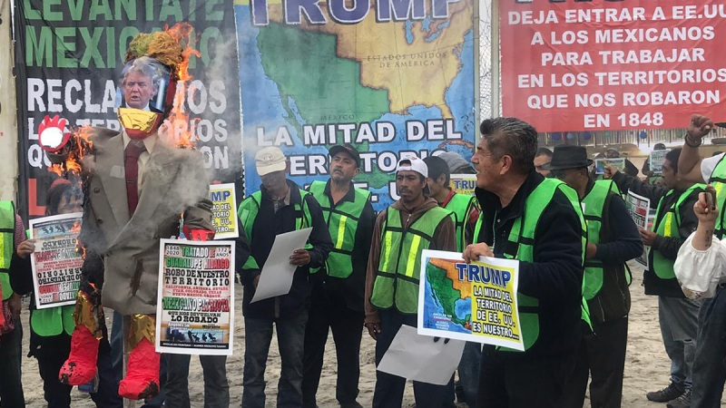 Protestan migrantes en muro fronterizo de Tijuana-San Diego