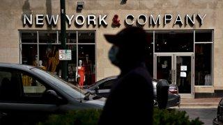 Los maniquíes se exhiben dentro de una tienda de New York & Co. temporalmente cerrada en Silver Spring, Maryland, EE. UU