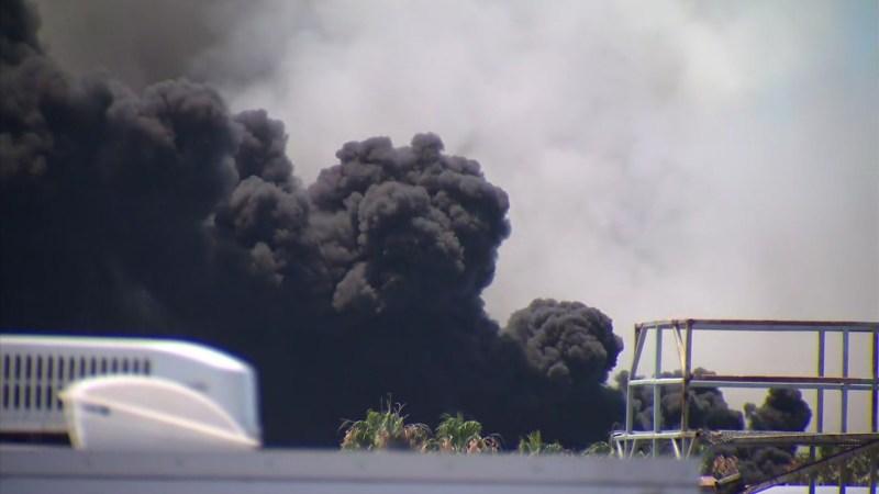 Fotos: columnas de humo del incendio en buque naval en la bahía de San Diego
