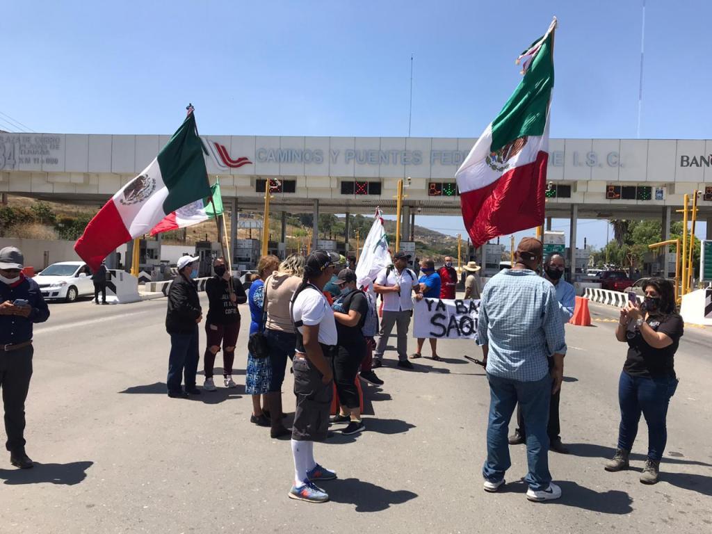 manifestantes después que militares recuperaran la caseta de cobro de Playas de Tijuana-Rosarito en Baja California tras decreto de Jaime Bonilla