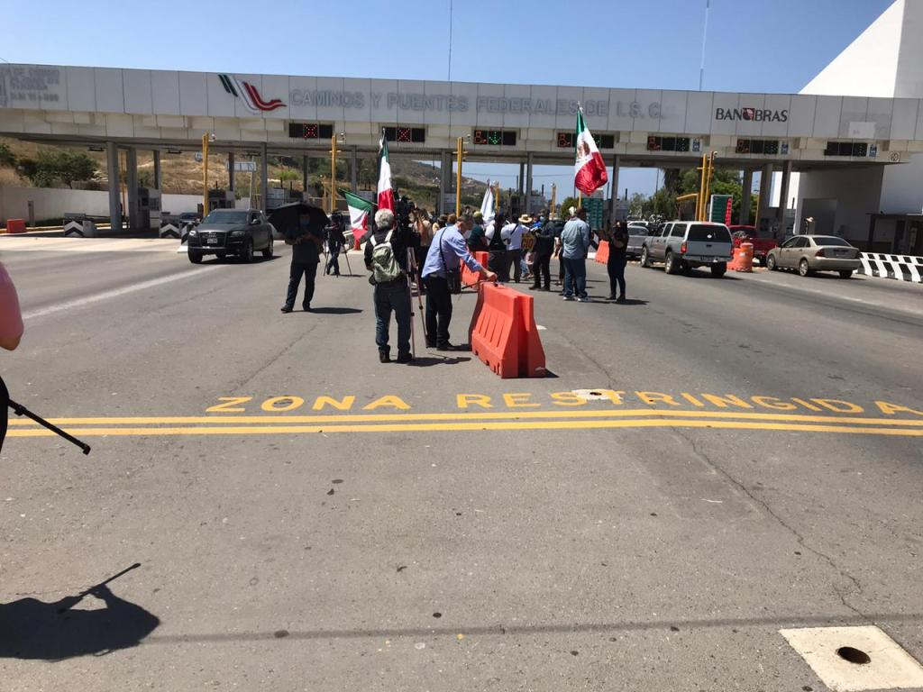 manifestantes en caseta de Playas de Tijuana-Rosarito