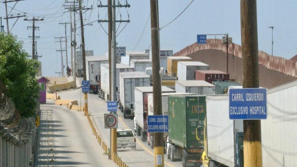 fila de camiones en la frontera Tijuana Mesa de Otay
