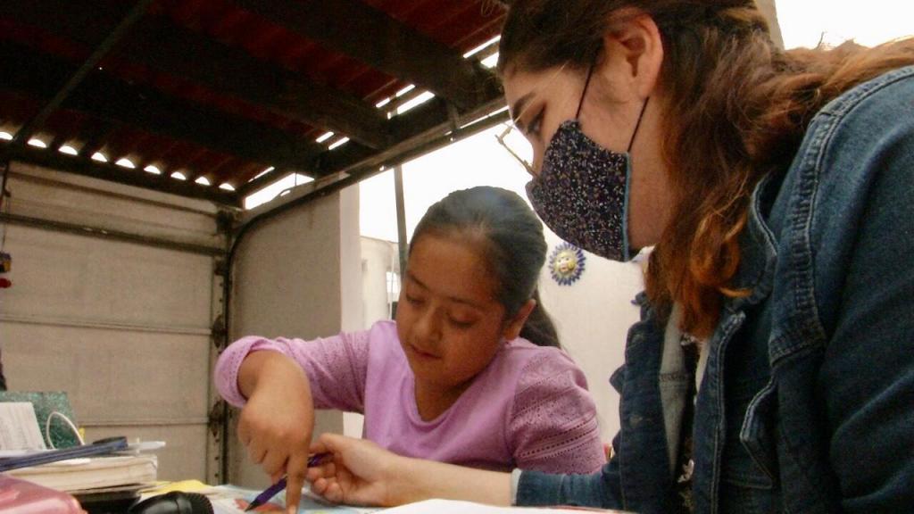 maestra transforma cochera en salon de clases