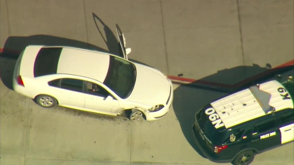 auto blanco con patrulla de SDPD