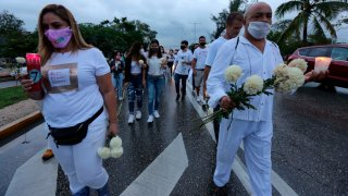 Personas de blanco marchan por la paz en Cancún