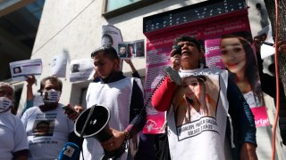 Madre de una desaparecida encabeza protesta