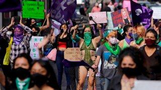 Mujeres protestan en Puebla contra feminicidios