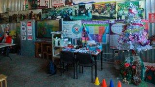 Árbol navideño en un albergue de migrantes en Tijuana