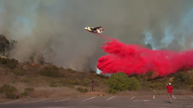 Fotos: Bomberos atacan incendio en San Marcos cerca de Palomar College