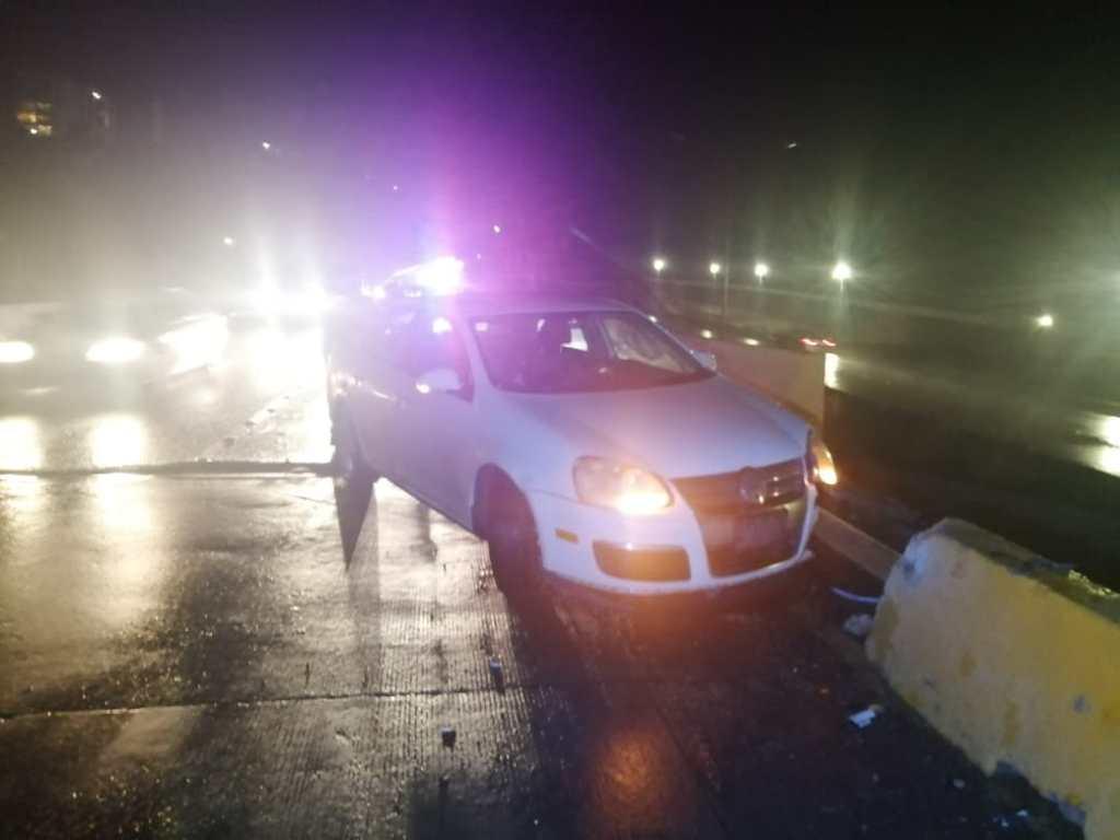 auto blanco choca en autopista