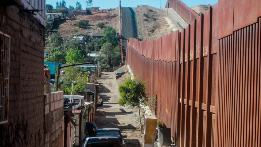 Vista general del muro fronterizo en Tijuana