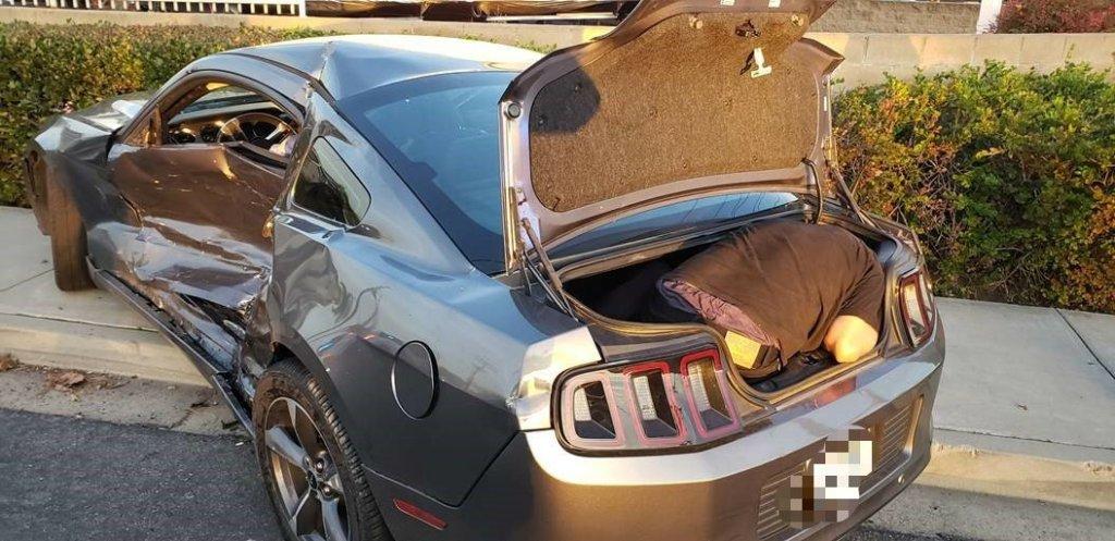 persona en la cajuela de un Ford Mustang