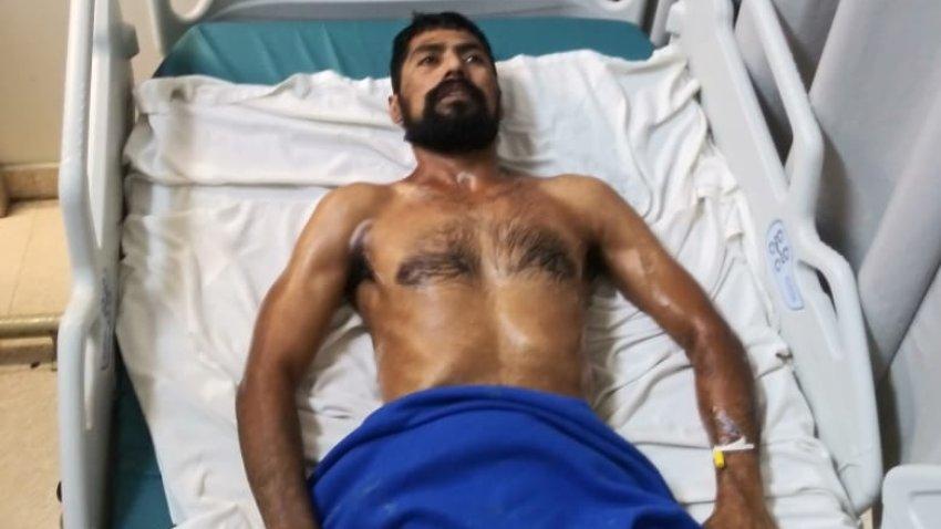 hombre con barba postrado sobre cama de Hospital