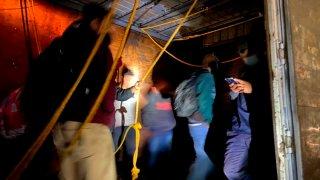 Agentes mexicanos rescatan a migrantes en un camión