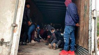 Migrantes hacinados en un camión