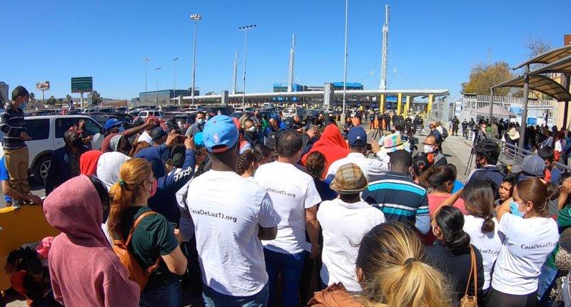 Cientos de migrantes se manifiestan en San Ysidro para pedir asilo