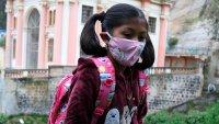 Increíble: niña viaja a diario por desfiladero para atravesar frontera y poder asistir a sus clases