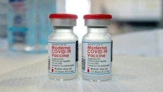 Moderna producirá hasta 3,000 millones de dosis para el 2022.