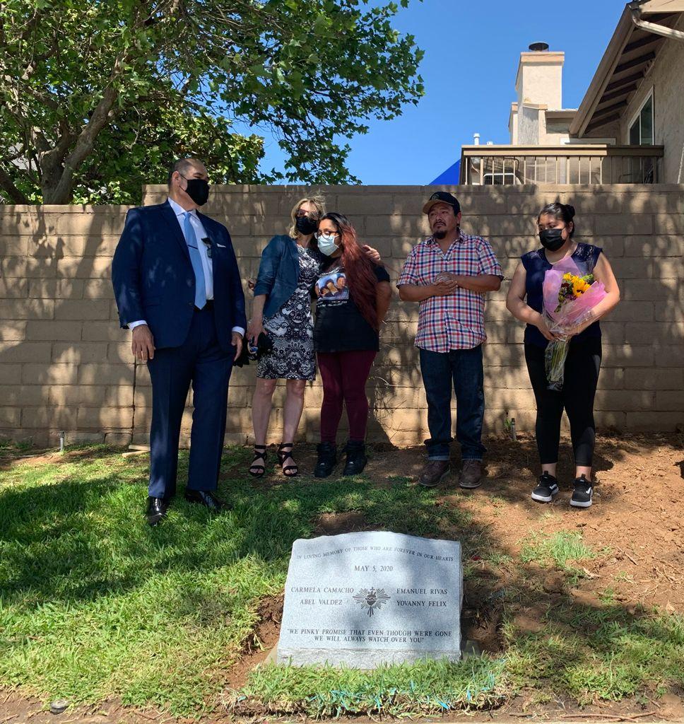 Norma Espinoza frente a la lápida de sus seres queridos atropellados en Escondido