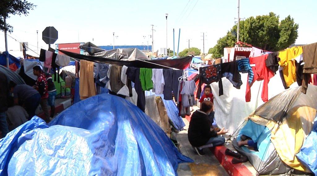 campamento de migrantes en El Chaparral San Diego Tijuana