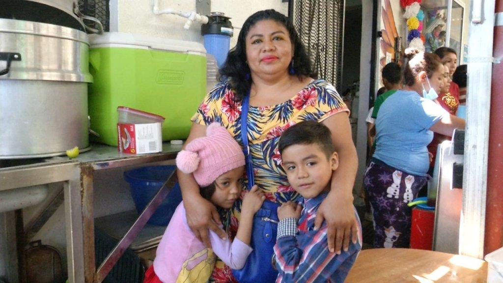 Madre migrante con sus dos hijos en un albergue en Tijuana