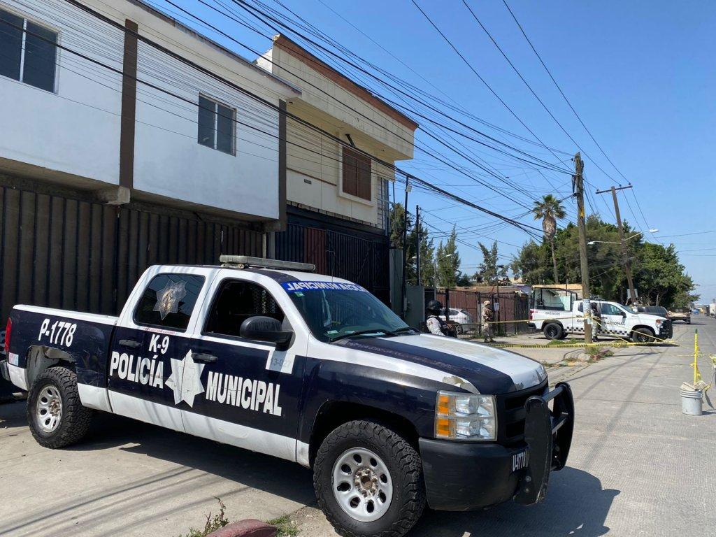 La policía rodea una casa en Tijuana donde se descubrió un presunto túnel fronterizo