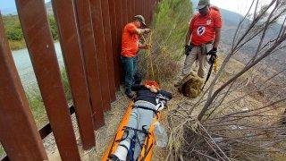 Grupos Beta del Instituto Nacional de Migración trasladaron a un hombre de 23 años al hospital.