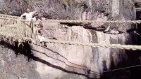 Video: a mano y en las alturas, reconstruyen un enorme puente colgante
