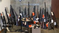 Decomisan arsenal de armas de la casa de un hombre que habría disparado contra oficiales