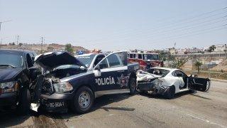 patrulla chocada, dos autos adicionales se ven con daños