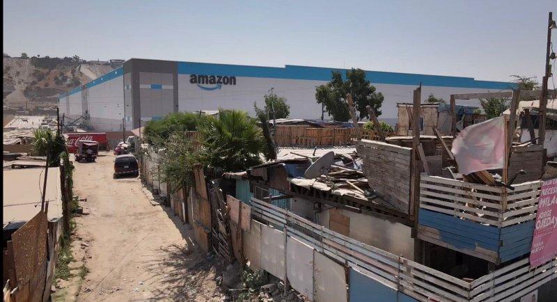 Fotos de flamante bodega de Amazon en contraste con barrio pobre de Tijuana