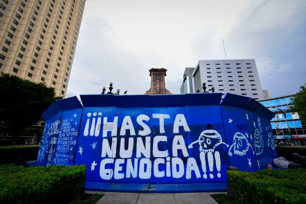 Monumento a Cristobal Colon sin la estatua del explorador tras ser removida por las autoridades luego de ser vandalizada